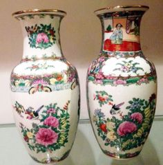 Par de vasos orientais fina porcelana lindamente decorados e pintados a mão.