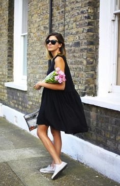 i love this simple black dress with converse look its supper cute and casual. perfect for the summer time Street Style Outfits, Looks Street Style, Mode Outfits, Looks Style, Looks Cool, Dress With Converse, Dresses With Tennis Shoes, Business Mode, Simple Black Dress