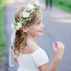 Sua filha vai ser daminha de honra? Então você vai curtir o post de hoje, que traz uma ideia bem bacana. Simple Flower Girl Dresses, Flower Girls, Flower Crowns, Flower Girl Wreaths, Flower Girl Crown, Girls Crown, Flower Girl Basket, Hair Wreaths, Flower Girl Headpiece
