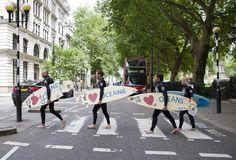 20 news plus intéressantes que le mystérieux nombril de Taylor Swift - On peut aussi militer pour l'environnement avec des planches de surf la preuve ici devant le Parlement à Londres
