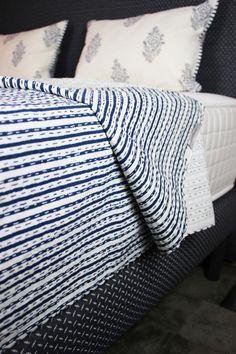 Wir lieben das Label INDRADANUSH und seine fair & nachhaltig hergestellten Tagesdecken. Traditionell von indischen Familienbetrieben in Handarbeit hergestellt holst du dir ein Stück indische Lebenskultur in dein Schlafzimmer - gutes Gewissen inklusive. Blanket, Bed, Indian Patterns, Hand Sewn, Cotton Fabric, Traditional, Cushion, Bedrooms, Blankets