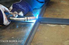 STALEN DEUREN > Impressie Steel Frame Doors, Steel Doors And Windows, Gate Design, Door Design, Barn Windows, Iron Work, Metal Structure, Metal Fabrication, Diy Frame