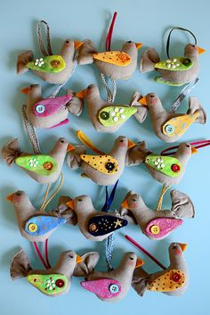 beautiful birds in felt Bird Crafts, Felt Crafts, Fabric Crafts, Sewing Crafts, Diy And Crafts, Arts And Crafts, Softies, Club Couture, Craft Projects