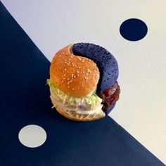 Op de decadente Yin Yang burger zit op de witte Yin-kant: kippenborst in kokosmelk met citroen, kaassaus, eiwit, witte kool en schimmel. Op de Yang- kant zit inktvis-inkt, Black Angus filet, zwarte radijs, zwarte schimmel, zwarte thee en Black Label whiskey saus.