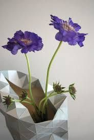 Dutch designer Pepe Heykoop has created these fab paper vase covers that can be manually shaped and placed over a bottle. Vase Arrangements, Vase Centerpieces, Vases Decor, Wall Vases, Round Glass Vase, Large Vases, Clear Vases, Tall Floor Vases, Vase With Lights