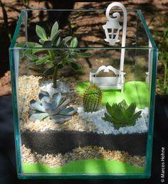 Uma bola de vidro, um vidro redondo ou quadrado são ótimos para fazer um terrário, um mini jardim para decoração de sua casa. Veja como fazer um terrário e materiais necessários: Frasco grande de vidro transparente – encontra em lojas de artesanatos ou loja de produtos para laboratório Pedrinhas lisas que são encontradas em floriculturas …