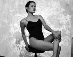 Angelina Jolie at is seen posing seductively for the camera in never-before-seen stills from a lost roll of film. Angelina Jolie Photoshoot, Angelina Jolie Young, Young Celebrities, Black And White Portraits, Young Models, Female Poses, Brad Pitt, Hollywood Stars, Old Women