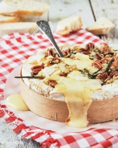 Brie with honey, rosemary and walnuts (in Spanish with translator) Cooking Time, Cooking Recipes, Queso Cheese, Xmas Food, Christmas Appetizers, Latin Food, Appetizer Dips, Diy Food, Good Food