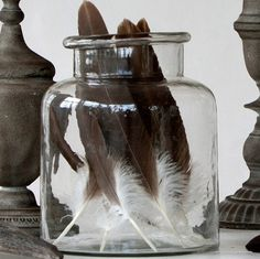 feathers in a glass bottle display for Easter - tierlantijn Veer Bruin Wit