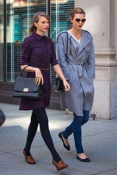 Junto con Karlie Kloss, Taylor Swift paseó por NYC con un vestido camisero de cuadros, zapatos marrones con cordones y bolso negro de estética retro. La supermodelo por su parte se decantó por un abrigo gris anudado a la cintura, vaqueros y bailarinas.