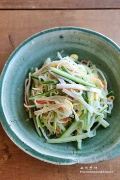 Bean sprout salad with cucumber and crab Healthy Dishes, Healthy Recipes, Bean Sprout Salad, Best Korean Food, Cooking Recipes For Dinner, K Food, Korean Dishes, Brunch Menu, Light Recipes
