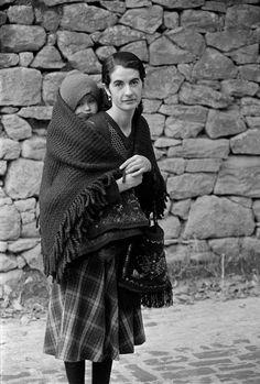 """10 Μαϊου γιορτή της μητέρας !  Μάνα,μητέρα,μαμά..... """"Κι ένα τέταρτο μητέρας αρκεί για δέκα ζωές, και πάλι κάτι θα περισσέψει που να το ανακράξεις σε στιγμή μεγάλου κινδύνου."""" Οδυσσέας Ελύτης  Φωτογράφος Ζαχαρίας Στέλλας. Αρχείο Μουσείου Μπενάκη Benaki Museum, Greece, Couple Photos, People, Lord, Places, Vintage, Pictures, Greece Country"""