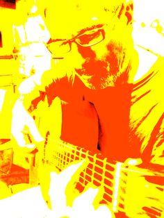 Tomé la foto de Edgardo tocando la guitarra, plano medio,inclinado, luz artificial (superior) y luego modifqué exposición, contrate, saturación...