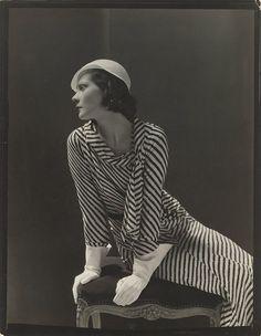 Nieuwe vleugel, nieuwe mode. Nog 24 dagen en de Philipsvleugel gaat weer open. Met daarin een gloednieuwe tentoonstelling: 'Modern Times'. Met foto's uit de (nu nog) onbekende maar prachtige fotocollectie van het Rijksmuseum. Dit is een foto van George Hoyningen-Huene, met de nieuwe mode van zomer 1931