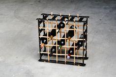 Edles Weinregal aus geflochtenem Buchenholz und glühend eingeschlagenen Stahlnieten