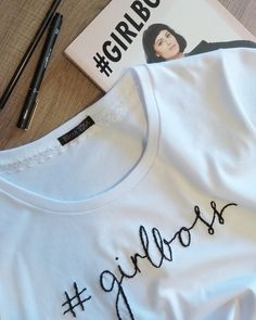 camiseta Brava Rosa bordada a mão #girlboss Snitches Get Stitches, T Shorts, Cross Stitching, Cross Stitch Embroidery, Hand Embroidery, Embroidery Designs, Fashion Flats, Diy Fashion, Pune