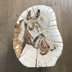 Boomstam bijzettafel beschilderd met paard. #horse #wood #boomstamtafel #painting #decor #decoration #homedecor #homedecorideas #popart #art #handmade #trndy