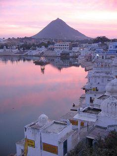 La ville sainte de Pushkar et son lac sacré ou les hindous venus de l'Inde entière viennent prendre leur bain le long des ghâts
