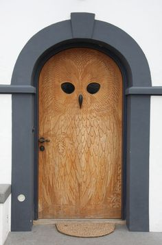This wood owl door has so much personality. But also needs some plants/flowers flanking the doorway. The Doors, Windows And Doors, Owl Door, Knobs And Knockers, Unique Doors, Closed Doors, Doorway, Architecture, Porches