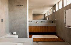 A visão contrária da imagem anterior mostra a pia dupla. Repare que a área seca do piso do banheiro foi revestida com tacos.