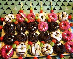 Traktatie donuts met eetbare oogjes druif en aardbei op een prikker