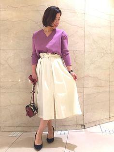 目をひくパープルの鮮やかな色に爽やかな白のスカートを使った春コーデ。スカートのスリットが女性らしさを