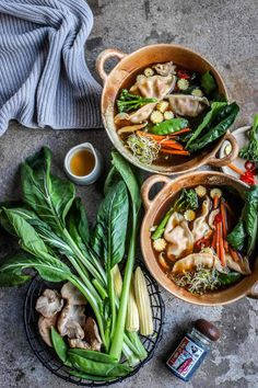 Shiitake-Ginger Broth with Gyoza Dumplings - food to glow - Deringa Healthy Dinner Recipes, Diet Recipes, Vegetarian Recipes, Brunch Recipes, Asian Dumpling Recipe, Dumplings For Soup, Egg Roll Recipes, Tesco Real Food, Veggie Soup