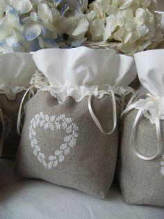 sacchettini con cuore ricamato: molto carini anche come bomboniere