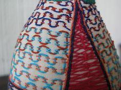 Tejiendo sobre dos líneas de hilván. Por Anabella de Tenorio. Detalle de vestido de matrioska. Por María Tenorio, via Flickr