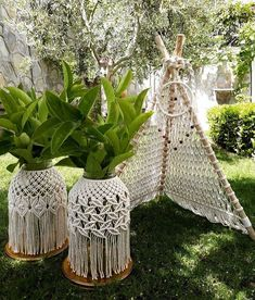 In this DIY tutorial, we will show you how to make Christmas decorations for your home. The video consists of 23 Christmas craft ideas. Macrame Wall Hanging Diy, Macrame Art, Macrame Design, Macrame Projects, Macrame Knots, Art Macramé, Boho Diy, Macrame Patterns, Plant Hanger