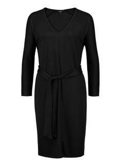 Zwarte jurk met een zelf te strikken ceintuur | Claudia Sträter
