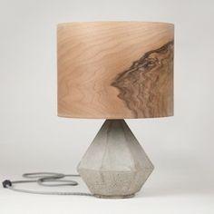 Diese Lampe ist aus Beton gegossen. Sie kombiniert edles Furnier mit Beton zu einer eleganten, zeitlosen Designer Lampe. Das Nussbaum Furnier erzeugt ein warmes angenehmes Licht. Leuchtmittel nicht enthalten. Hoehe: ca. 55cm Material: Beton, Europäischer Nussbaum Furnier, Textil KabelFassung: E27 Schukostecker