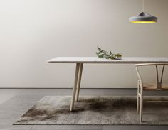 Le designer Jean Louis Iratzoki et la marbrerie Retegui, tous deux basés à Saint Jean de Luz, ont collaboré pour créer cette magnifique table nommée Arin. D'allure simple, la table Arin est le résultat de techniques d'assemblages, d'usinages de précisions et de collages complexes.  La recherche de légèreté est au coeur de ce projet. Le plateau de marbre usiné et allégé sur sa face interne est associé à un nid d'abeille, l'ensemble étant ceinturé de bois de chêne.