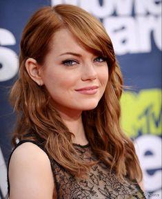Emma Stone está atualmente loira, seu verdadeiro tom. A atriz ficou tanto tempo com o cabelo tingido de ruivo que algumas pessoas ainda acham que esse é seu cabelo natural