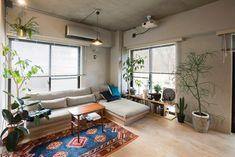 2面採光の明るいリビングではグリーンもよく育つ。空間にぴったり収まったソファーは、スローハウスで購入したもの。 Green Rooms, White Rooms, Interior Styling, Interior Decorating, Interior Design, One Room Apartment, Small Rooms, House Rooms, Room Interior
