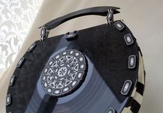 Vinyl Record Purse, Mala Disco Vinil - Geração 80 by quazarte, via Flickr Old Records, Vinyl Records, Vinyl Record Crafts, Casette Tapes, Home Music, Play Clay, Fabric Purses, Recycled Art, Metal Clay