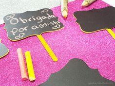 Como fazer plaquinha lousa http://www.garotacriatividade.com/placa-lousa/  Tags: DIY, Chalkboard, lousa, lousinha, lousa casamento, placa lousa, plaquinha de lousa, lousa para casamento, chalkboard label, chalkboard signs