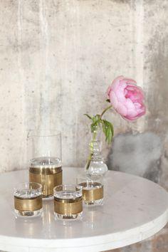 Carafe et gobelets en verre et laiton, 30 € et 16 € pièce, chez Maison Aimable / Paris