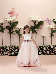 15 Modelos de Vestido de Daminhas de Casamento -  Vestido com flores aplicadas by Tutti Sposa