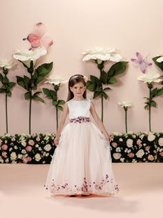 15 Modelos de Vestido de Daminhas de Casamento -  Vestido com flores aplicadas by Tutti Sposa                                                                                                                                                                                 Mais