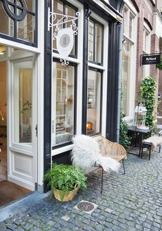 De gevel met een rotan bankje ervoor van Stilleven, conceptstore in Zutphen Amsterdam, Utrecht, Lovely Shop, Shop Around, Around The Corner, Staycation, Netherlands, Holland, The Good Place