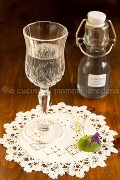 la cucina di mamma: Liquore alle violette Cocktail Drinks, Alcoholic Drinks, Cocktails, Spirit Drink, Just Wine, Long Drink, Limoncello, Mason Jar Wine Glass, Edible Flowers