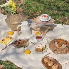 A bigger picnic with more foods- Em Picnic Date, Summer Picnic, Beach Picnic, Summer Food, Summer Aesthetic, Aesthetic Food, Beige Aesthetic, Aesthetic Pastel, Flower Aesthetic