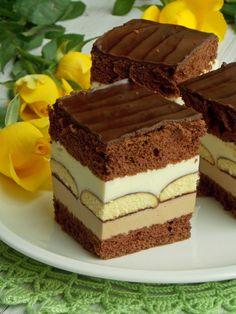 Kakaowy biszkopt przełożony kremem czekoladowym i biszkoptami. Bardzo smaczne ciasto warstwowe z wyraźnie wyczuwalnym mlekiem w proszku. Jeżeli ktoś lubi ten smak tak jak ja, to bardzo polecam ;) …