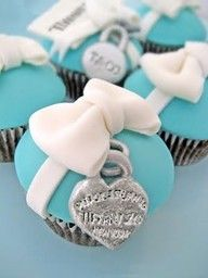 Tiffany & Co cupcakes. Matches the Tiffany cake we did @ Hsii! Tiffany Blue, Tiffany Theme, Tiffany Party, Tiffany And Co, Tiffany Wedding, Tiffany Cupcakes, Love Cupcakes, Heart Cupcakes, Yummy Cupcakes