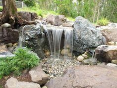 bonita catarata de agua con rocas
