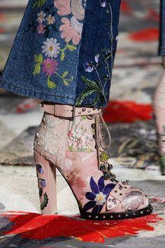 """Alexander McQueen Spring 2017 : o botim é lindo! apetece ter um igual... mas ... podemos tentar imitar, com a técnica de """"decoupage"""", transformando um velhos botins num calçado deveras sofisticado."""