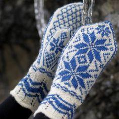 Rosevotter pattern by Hillesvåg Ull Design Team Mittens Pattern, Knit Mittens, Mitten Gloves, Fair Isle Knitting, Free Knitting, Knitting Patterns, Big Knit Blanket, Jumbo Yarn, Big Knits