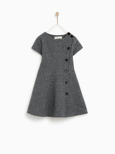 The latest dresses and jumpsuits for girls at ZARA online, with colorful prints or appliques. Wedding Dresses For Kids, Dresses Kids Girl, Toddler Girl Outfits, Kids Outfits, Girls Frock Design, Baby Dress Design, Kids Winter Fashion, Fashion Kids, Kids Dress Wear