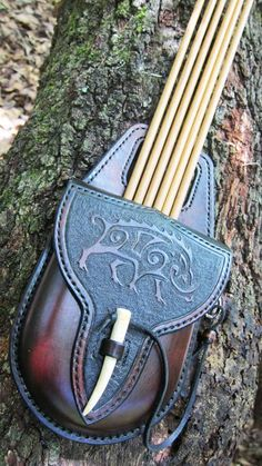 A pocket quiver very pretty Archery Quiver, Archery Gear, Archery Equipment, Leather Quiver, Leather Pouch, Leather Tooling, Archery Accessories, Leather Accessories, Larp